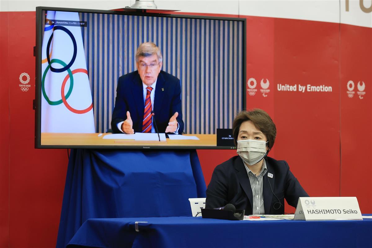 4月28日に開かれた東京五輪・パラリンピックに向けた5者協議で国際オリンピック委員会(IOC)のバッハ会長の発言を聞く大会組織委員会の橋本聖子会長