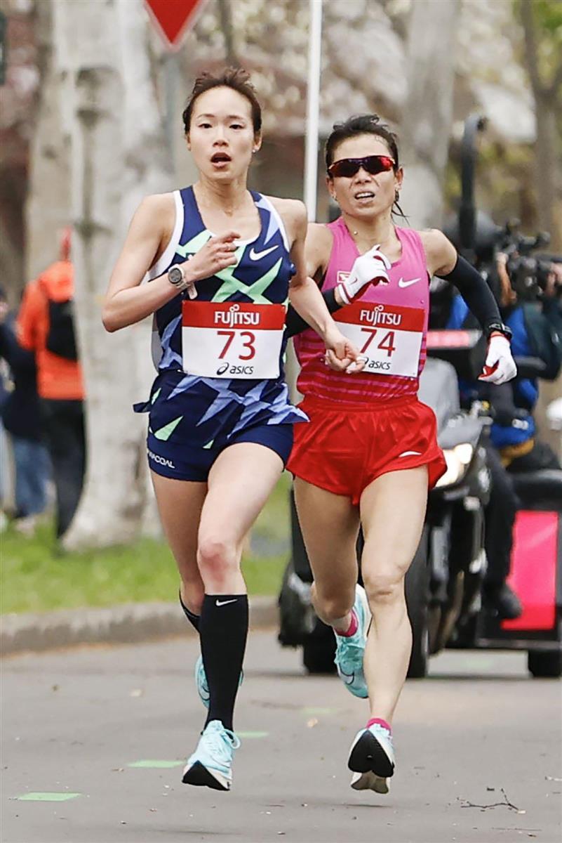 女子ハーフマラソン 約19キロ付近の北海道大構内を力走する一山麻緒(左)と松田瑞生=札幌市