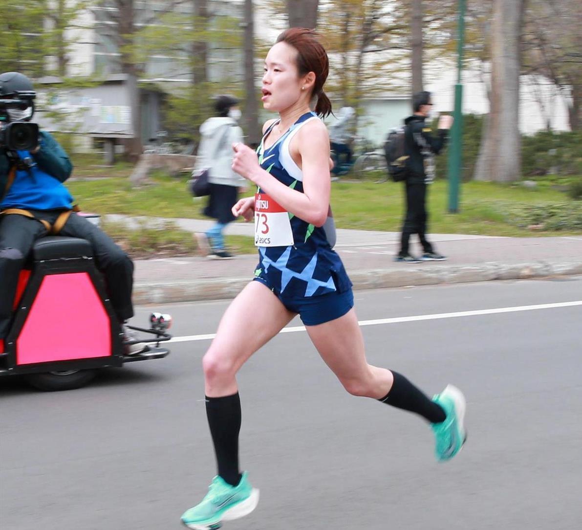 北大構内を女子のトップで走る一山麻緒=5日、札幌市内(鳥越瑞絵撮影)