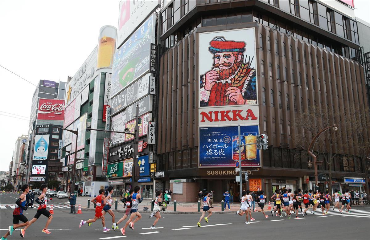 すすきのを走る選手ら=5日、札幌市内(鳥越瑞絵撮影)