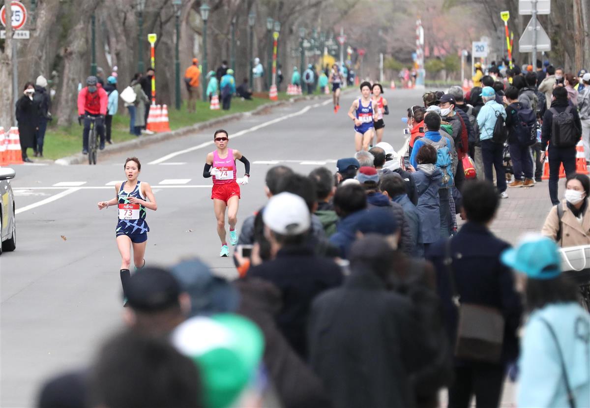 北大構内では、選手を一目見ようと多くの人が足を止めた=5日、札幌市内(鳥越瑞絵撮影)