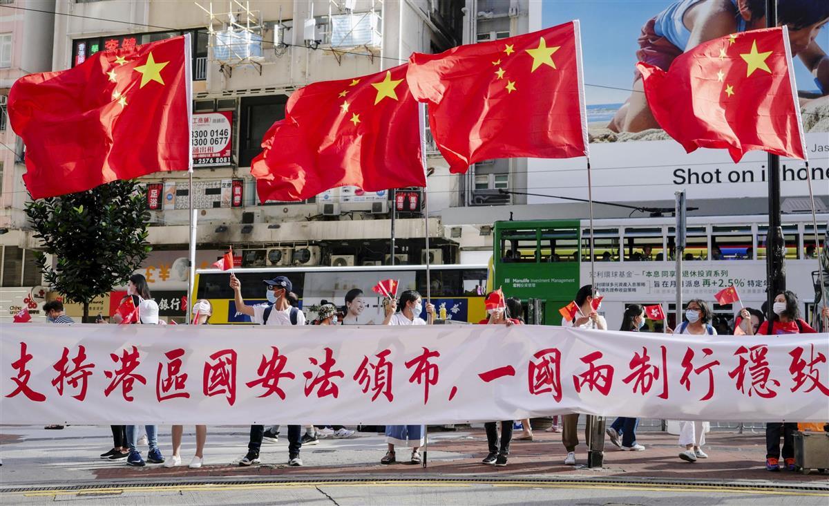 中国国旗を掲げる市民ら(新華社=共同)