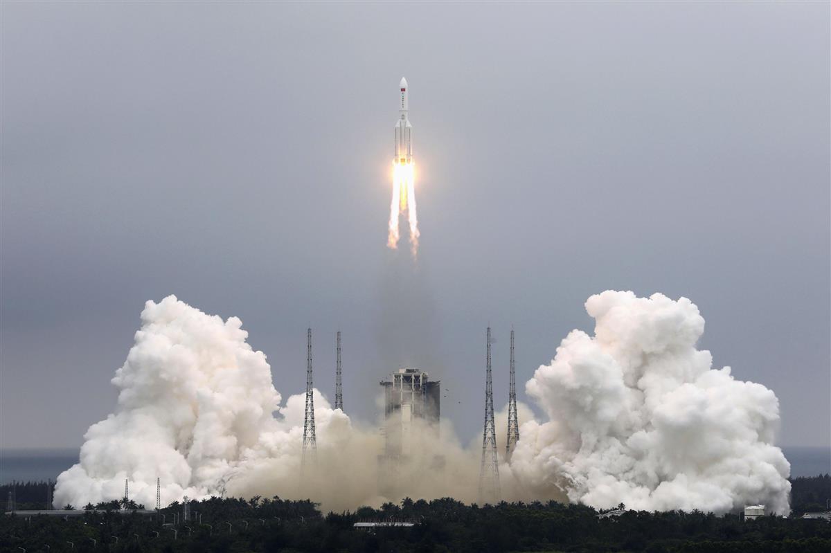 昼に大気圏再突入予測、中国ロケット残骸で米軍