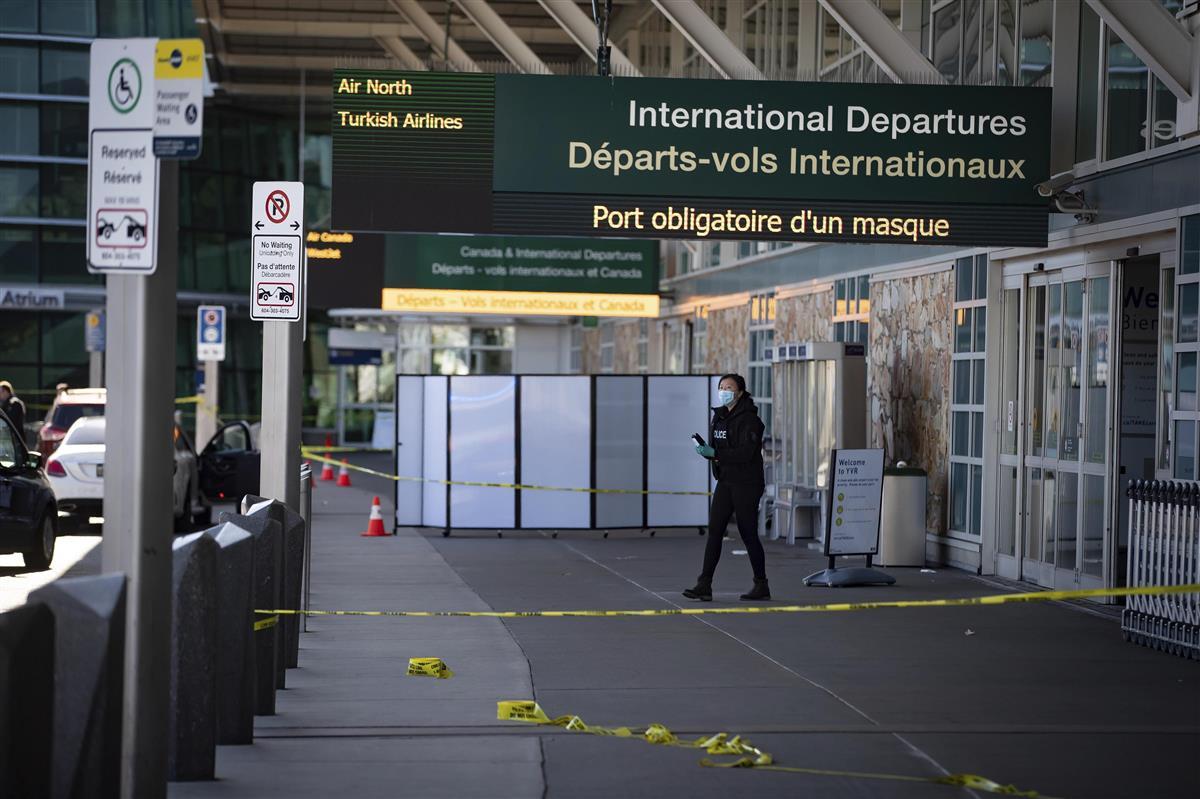カナダ空港で発砲1人死亡 バンクーバー、容疑者追う