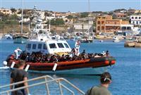 伊南端の島に難民2000人超 天候良く急増、地中海越え
