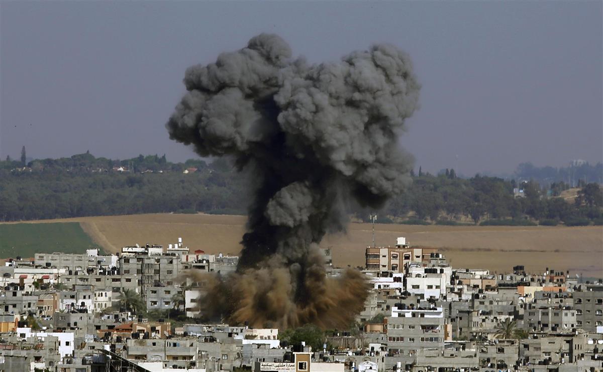 11日、パレスチナ自治区ガザでイスラエル軍の空爆を受けて上がる煙(AP=共同)