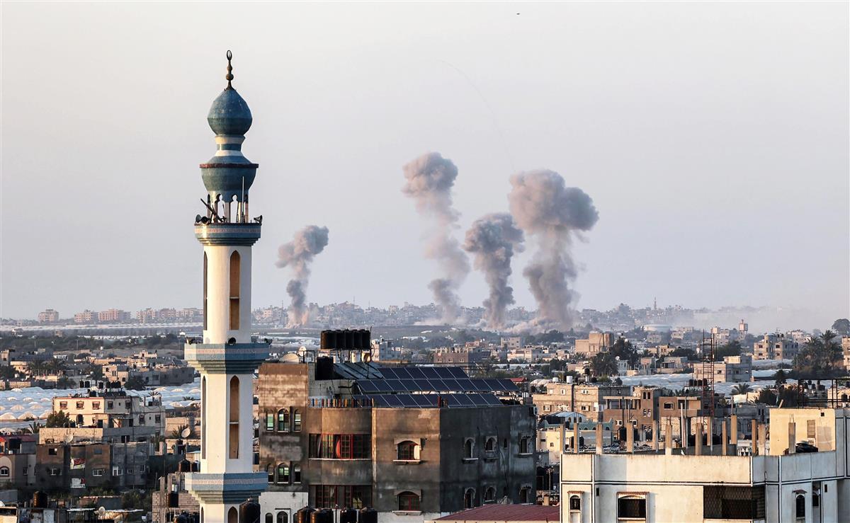 イスラエル軍の空爆を受けて立ち上る煙=13日、パレスチナ自治区ガザ(ゲッティ=共同)