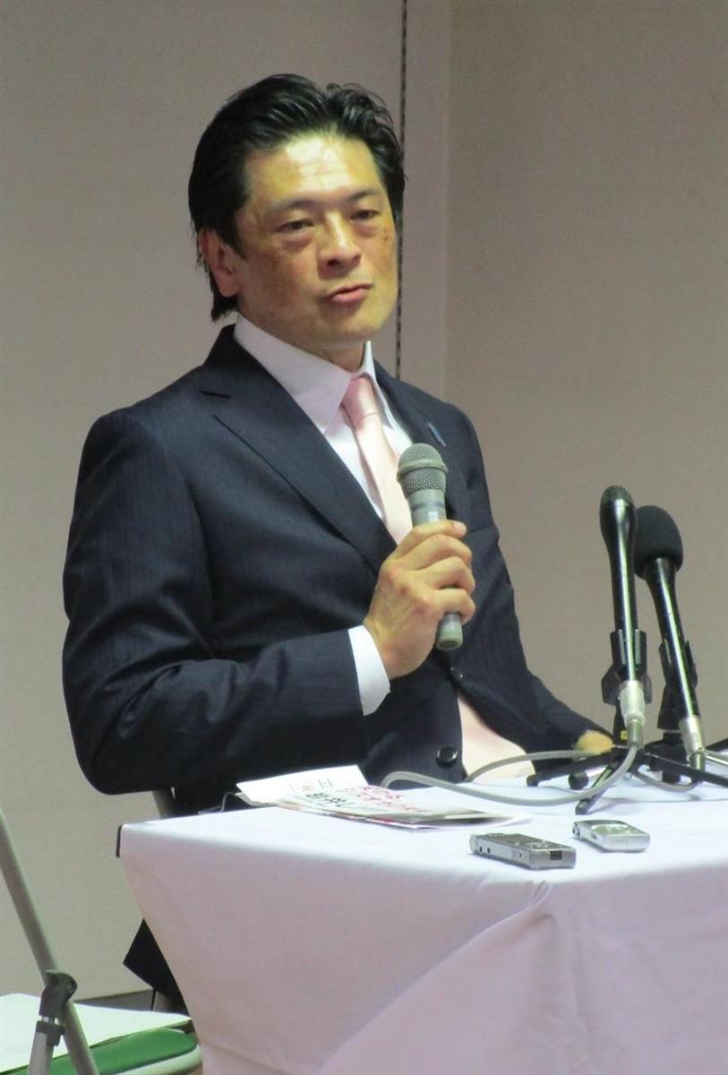 静岡県知事選への正式出馬表明会見で政策を発表する岩井茂樹氏=14日、静岡市葵区(岡田浩明撮影)