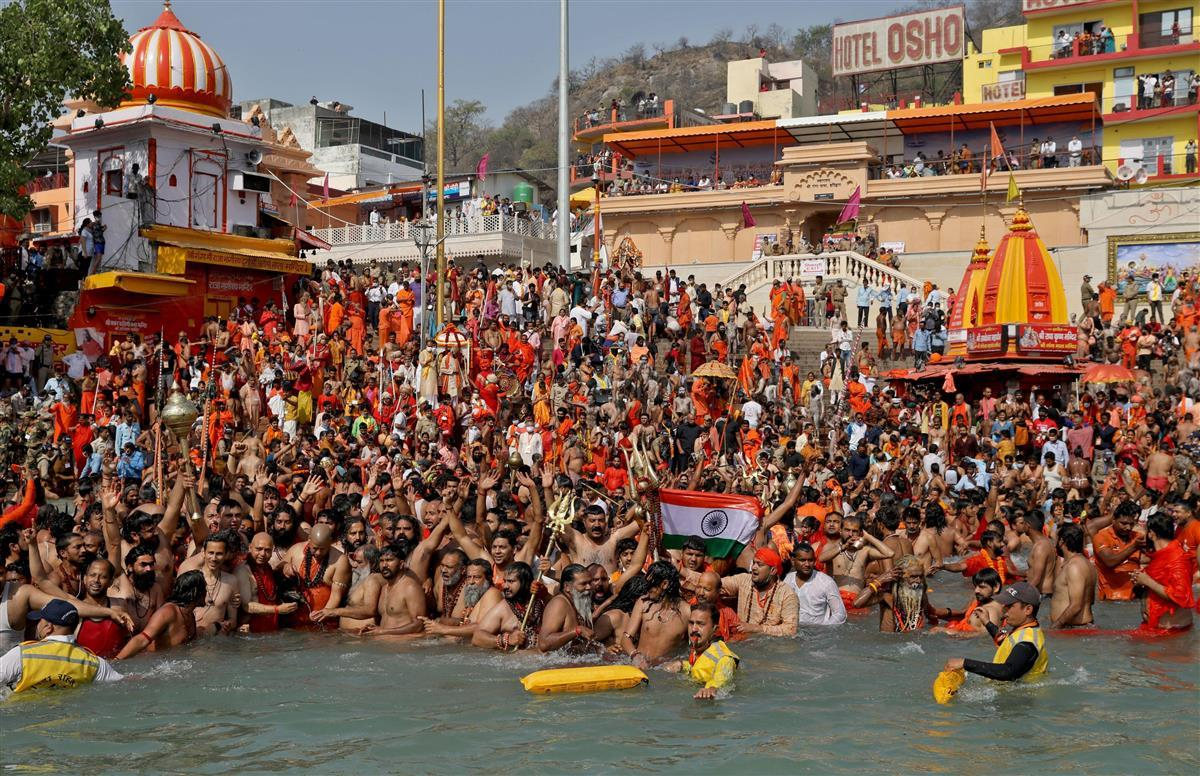 コロナ拡大のインド、モディ政権に逆風 宗教行事、選挙活動規制…