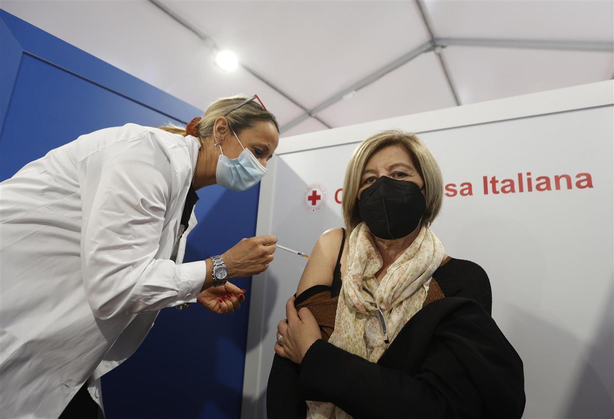 新型コロナウイルスのワクチン接種を受ける人=2日、イタリア・ローマ(ゲッティ=共同)