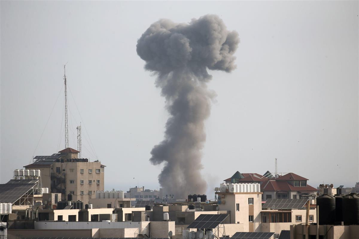 パレスチナ自治区ガザとの境界からガザに向け砲撃するイスラエル軍(AP=共同)