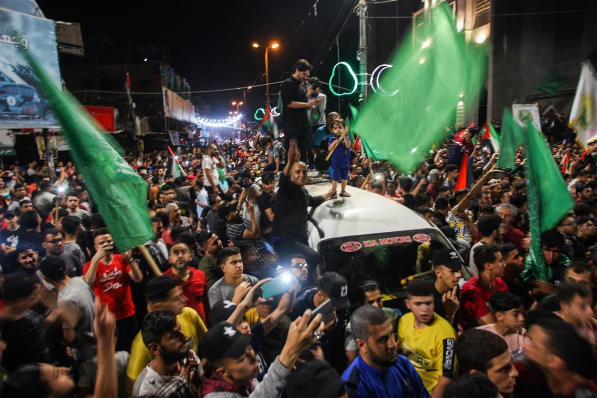 21日、パレスチナ自治区ガザで、イスラエルとイスラム組織ハマスの停戦に歓喜する市民(UPI=共同)