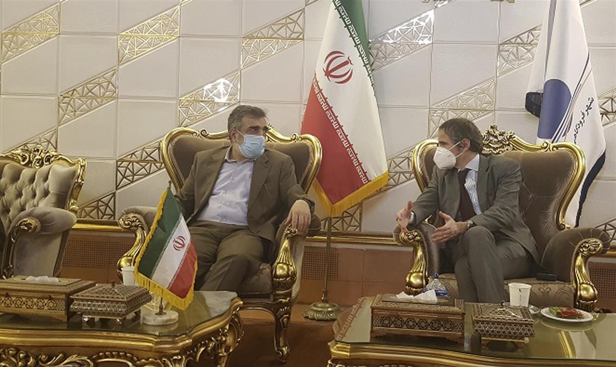 イラン原子力庁の報道官と話す国際原子力機関(IAEA)のグロッシ事務局長(右)=2月20日、テヘラン(同庁提供、AP)