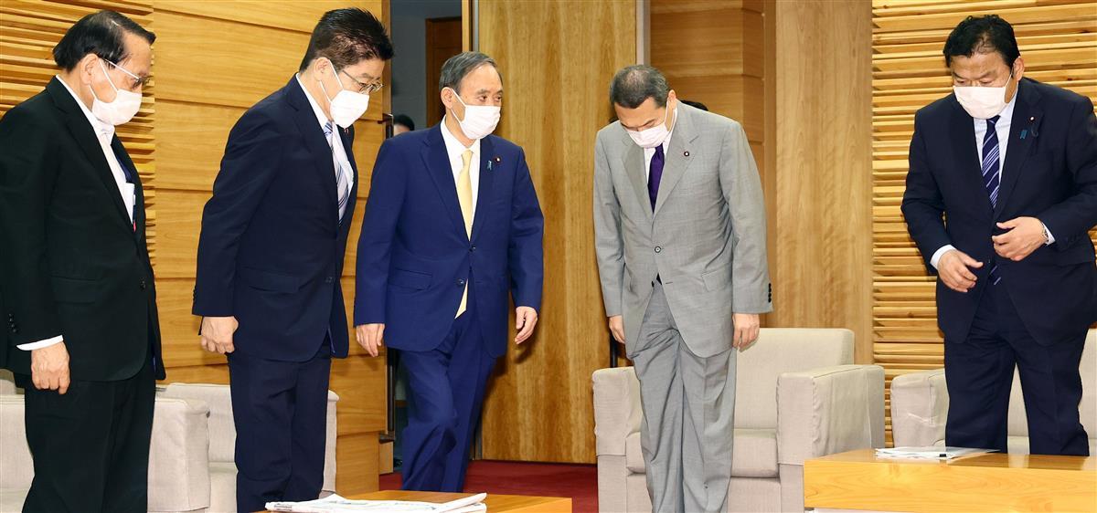 閣議に臨む(左から)菅義偉首相ら=25日午前、首相官邸(春名中撮影)