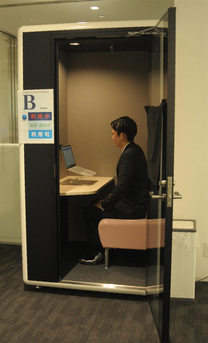 東北学院大土樋キャンパスに設置されたボックス型の個室。オンラインでの就職活動に取り組む学生に好評だ=仙台市青葉区(石崎慶一撮影)(※撮影のため扉を開放しています)