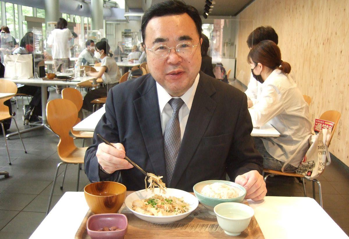 学生に交じり、バター豆腐定食を食べる沢和樹学長