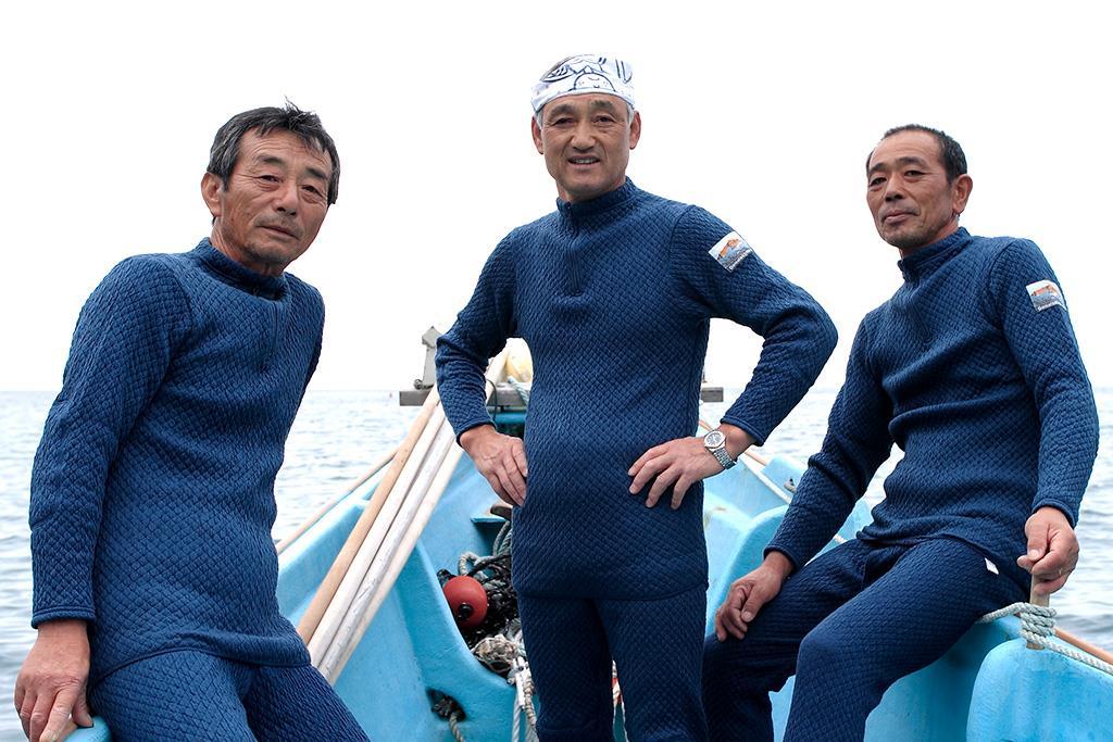 「ひだまり チョモランマ」を着た北海道えりも漁協の漁師さん