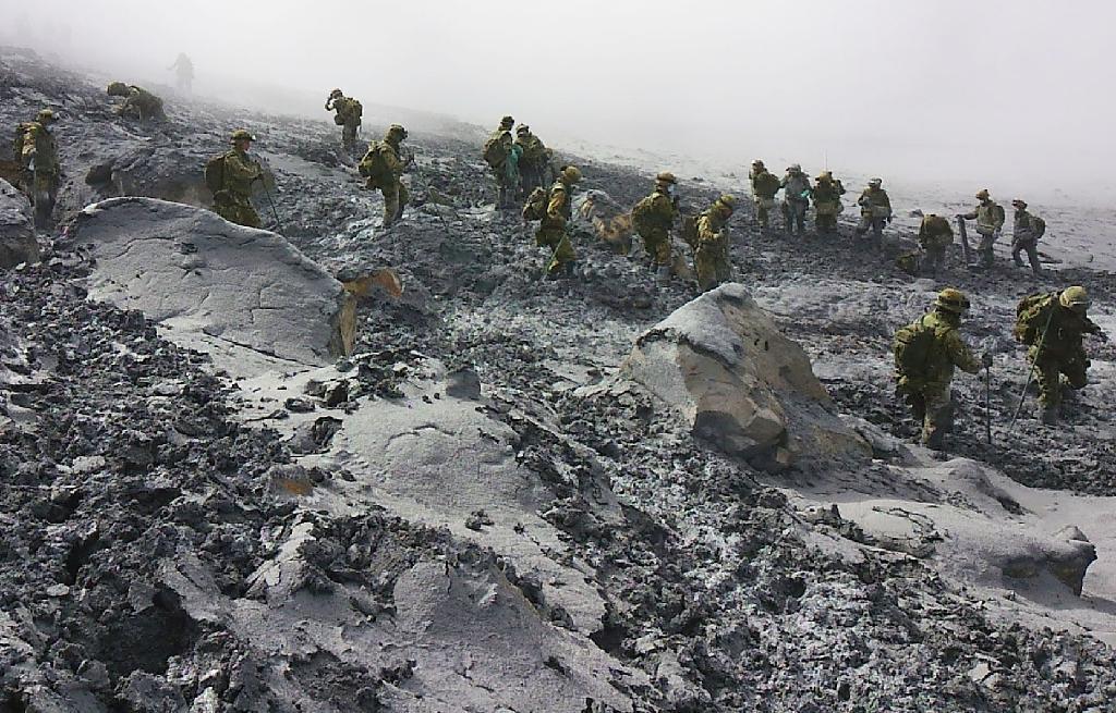 御嶽山の山頂付近で捜索する自衛隊員 =7日午後(陸上自衛隊提供)  御嶽山の山頂付近で捜索する自