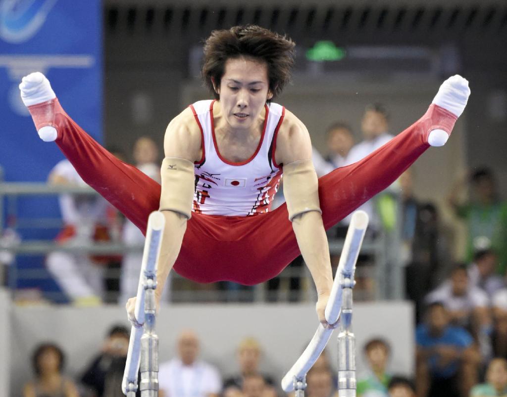 男子平行棒決勝 銅メダルを獲得した加藤凌平の演技=南寧(共同)  男子平行棒決勝 銅メダルを獲得