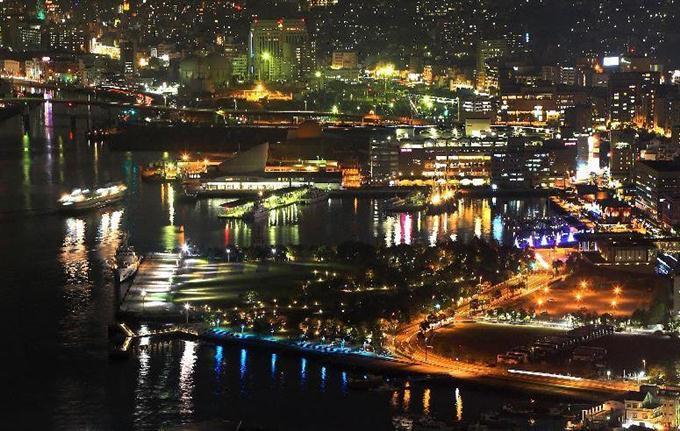 鍋冠山公園から見た夜景。船が出入りする様子が見られた =長崎県長崎市(鈴...  夕暮れ時の長崎