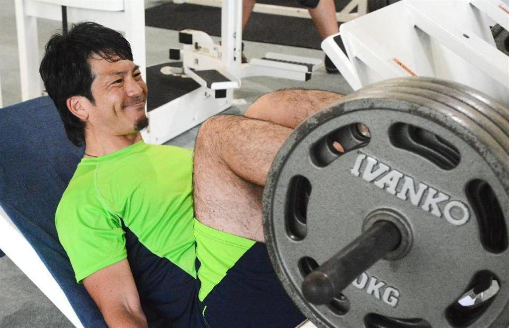 自主トレで筋力トレーニングに励むソフトバンク・松田=米グアム(共同) 自主トレで筋力トレーニング