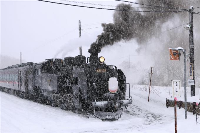 大雪の中、塘路駅を出発する ...