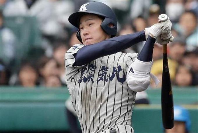 8回裏、敦賀気比・松本哲幣が左越えに決勝点となる2点本塁打を放つ=甲子園(村本聡撮影)
