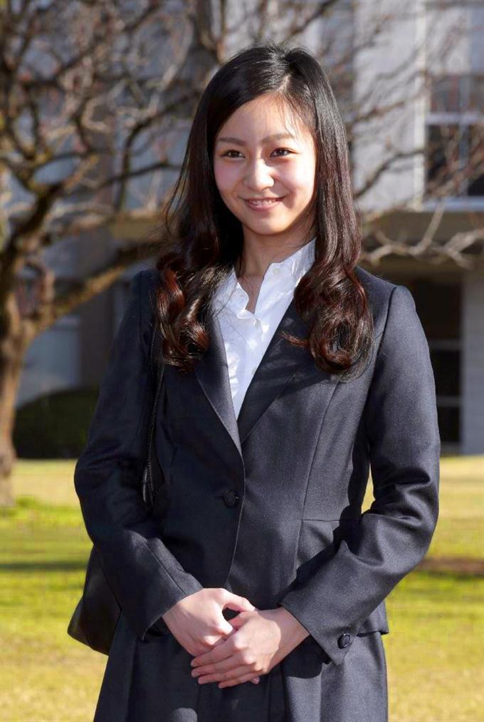 入学式のため国際基督教大に登校され、報道陣の前で笑顔