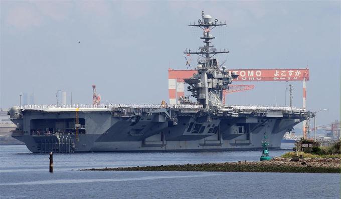 横須賀基地を出港する米空母ジョージ・ワシントン=18日午前、神奈川県横須... 横須賀基地を出港