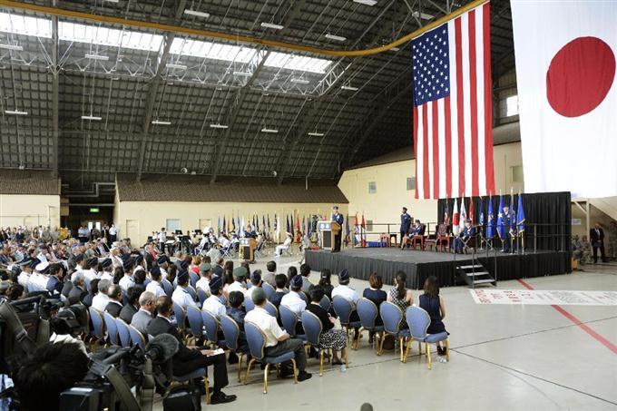 東京・米軍横田基地で開かれた在日米軍司令官の交代式=5日午前 東京・米軍横田基地で開かれた在日米