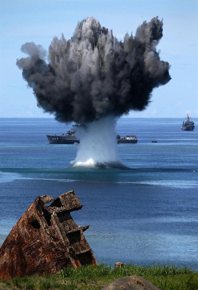 産経フォト硫黄島沖に100mの水柱 海自、機雷処分訓練を公開サイトナビゲーション硫黄島沖に100mの水柱 海自、機雷処分訓練を公開PR