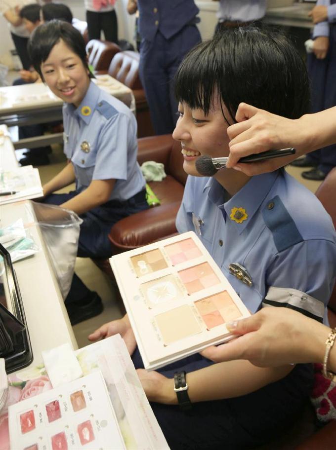ビューティアドバイザーから化粧を習う、警察学校の... ビューティアドバイザーから化粧を習う、警