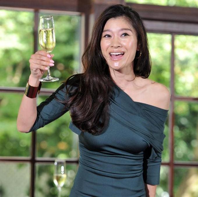 グリーンドレスで乾杯篠原涼子