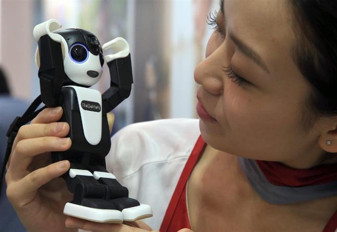 SHARPの「RoBoHoN(ロボホン)」。通話、写真撮影、写真投影、会話、ダンスなど様々機能が備わったロボット型の携帯電話だ =6日午後、千葉県美浜区の幕張メッセ(鈴木健児撮影)