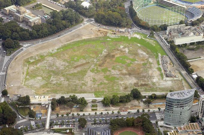国立競技場の取り壊し工事が完了し、更地になった新競技場建設予定地 =23日午後、東京都新宿区(共同通信社ヘリから)