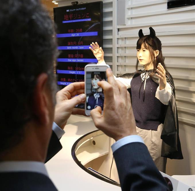アクアシティお台場で初披露されたアンドロイド「地平ジュンこ」=23日午後、東京都港区台場(福島範和撮影)