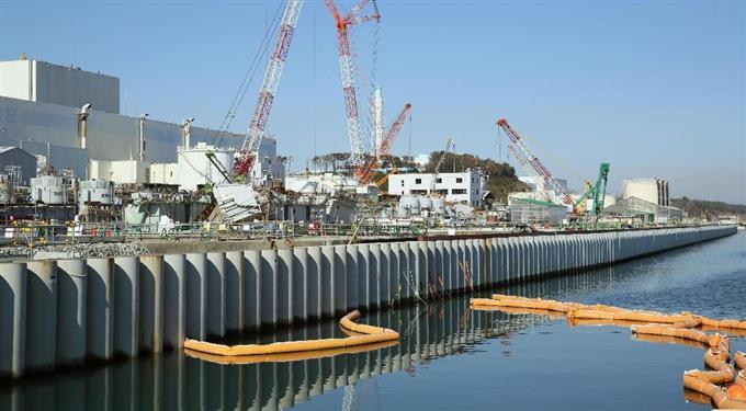 福島第1原発の汚染水対策の一つで、先月26日に完成した海側遮水壁=6日午前、福島県大熊町(代表撮影)