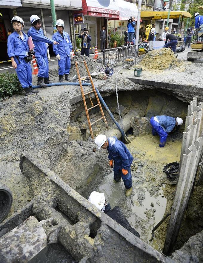 水道管が破損し、復旧工事する大阪市水道局の職員ら... 水道管が破損し、復旧工事する大阪市水道局