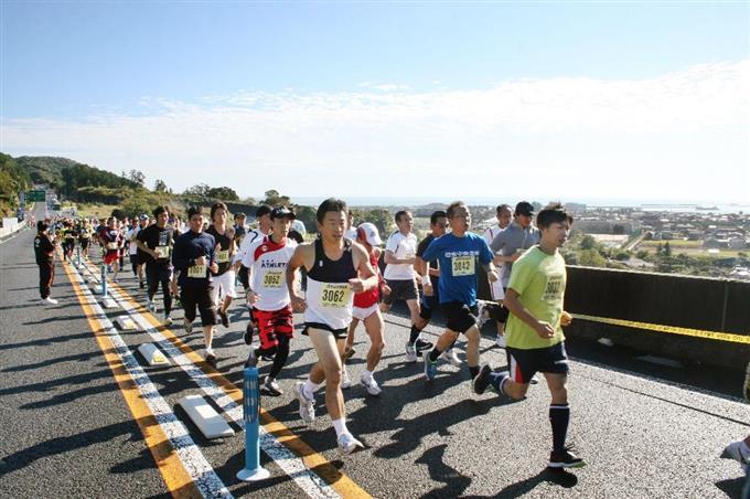 自動車専用道路で開かれた「天空ハーフマラソン大会... 自動車専用道路で開かれた「天空ハーフマラ