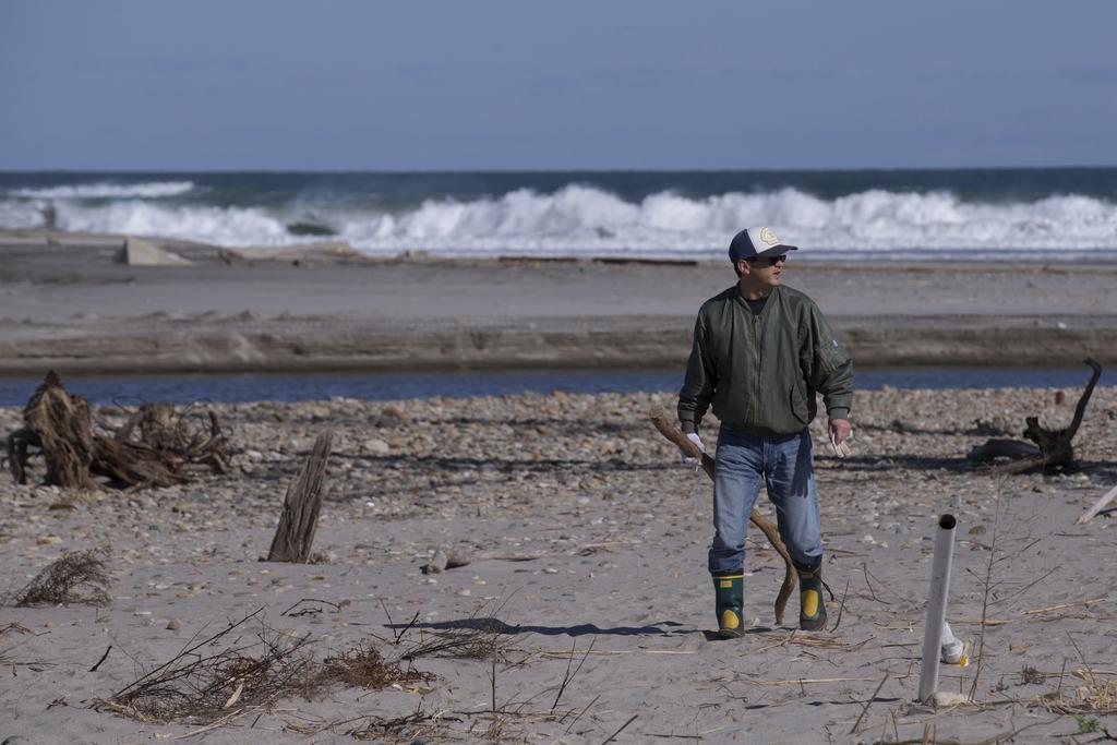 海岸を捜索する志賀仁美ちゃんの父、志賀隆昌さん=11月11日、福島県双葉... 海岸を捜索する志