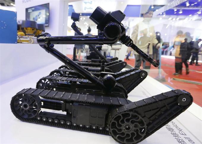 北京で開かれた「世界ロボット大会2015」でお披露目された中国のメーカーが開発したテロ対策ロボット =24日(共同)