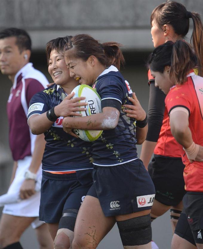 後半 トライを決め、大黒田裕芽(左)と抱き合う日本・山口真理恵(15点目...  画像を拡大する