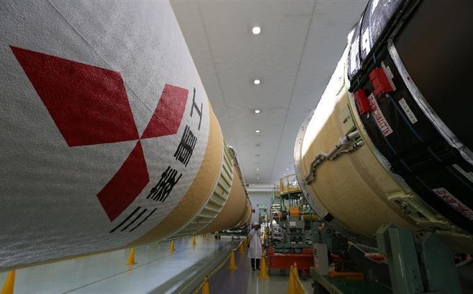 報道陣に公開されたH2Aロケット30号機のコア機体=1日午後、愛知県飛島村の三菱重工業名古屋航空宇宙システム製作所飛島工場(村本聡撮影)