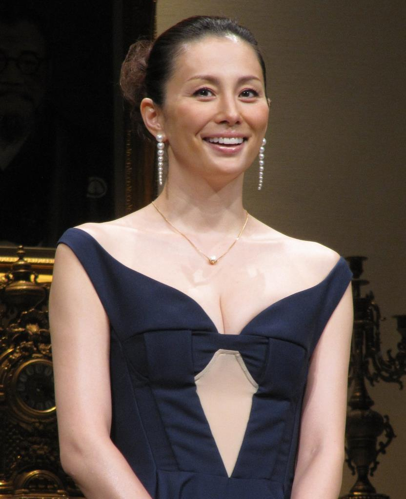 黒ドレスの米倉涼子