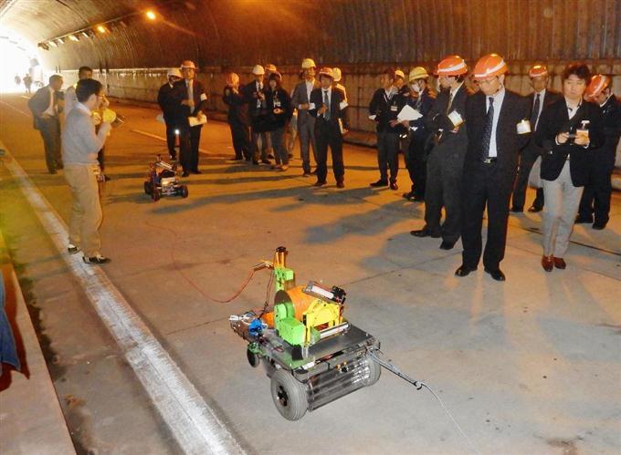 実験用トンネルで災害調査をする車両型ロボット=11月、茨城県つくば市