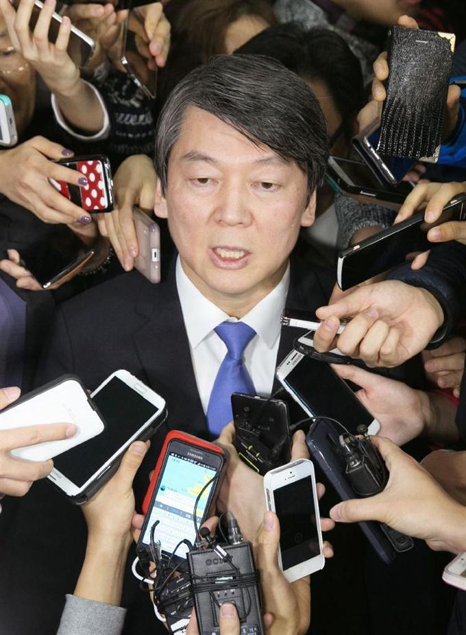 韓国の野党第1党、新政治民主連合で離党を宣言した後、記者たちに囲まれる... 韓国の野党第1党、