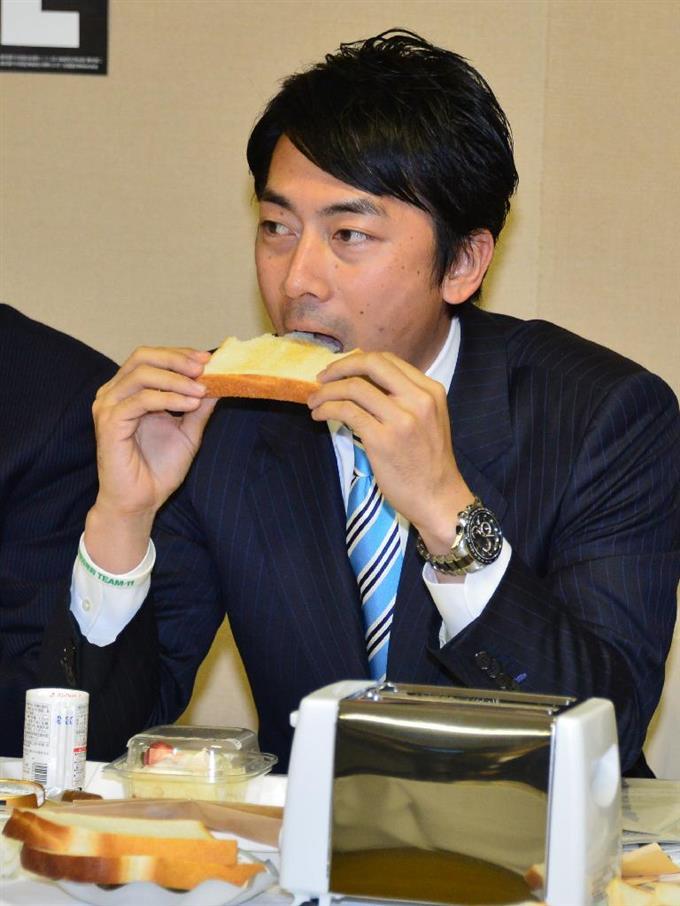 パンを食べる小泉進次郎