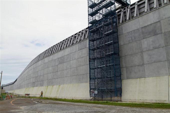 中部電力浜岡原発の建設中の防潮堤=7月、静岡県御前崎市