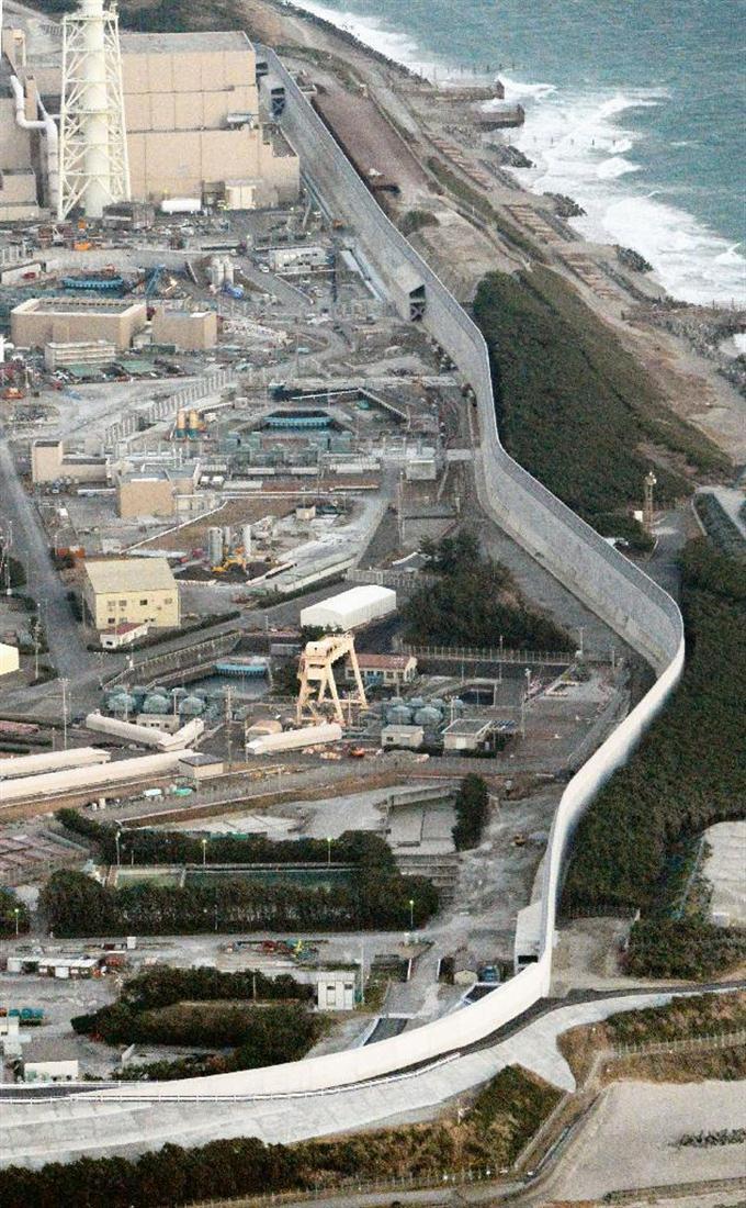 本体部分が完成した、中部電力浜岡原発の防潮堤=26日午後、静岡県御前崎市(共同通信社ヘリから)