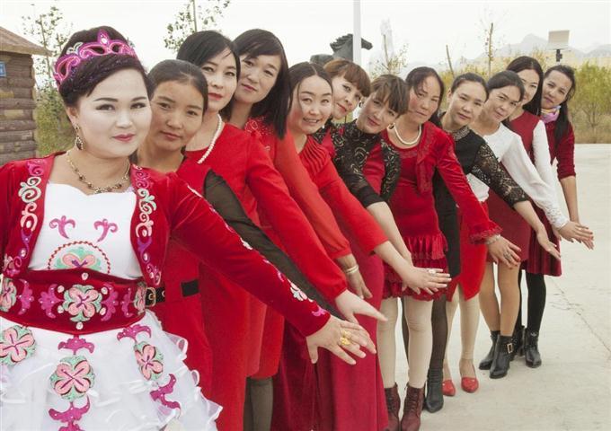 赤いドレスで結婚 お祝い 中国キ...